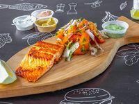Fish Salad Salmón incluye ensalada y 2 salsas a elección