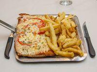 Suprema de pollo a la napolitana con papas fritas