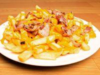 Papas fritas con cheddar y panceta salteada