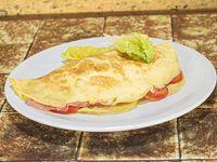 Omelette de jamón y queso con rodajas de tomate