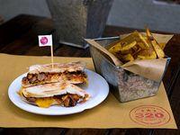 Sándwich de cerdo ahumado + papas fritas