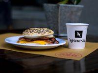Bagel de cheddar, panceta y huevo + café express