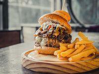 The búnker burger + papas fritas