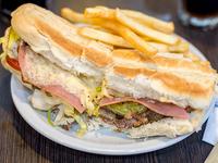 Sándwich de milanesa loca con papas fritas