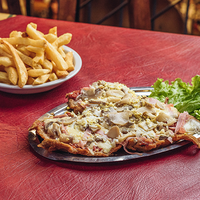Milanesa común a la pizza con papas fritas