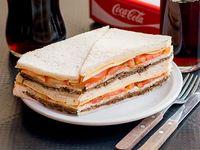 Sándwich de miga de ternera queso y tomate