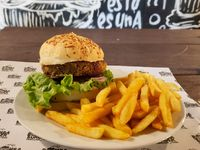 Vegetariana burger + papas fritas