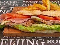 Sándwich de bondiola completo acompañado con torre de papas fritas