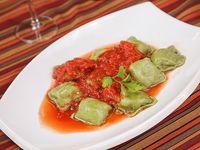 Raviolones espinaca, cebolla y morrón con salsa