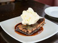 Brownie con salsa de chocolate con helado