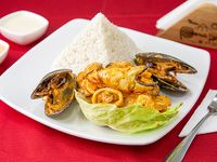 Picante de mariscos con arroz y papas sancochadas