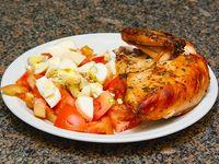 1/4 pollo con ensalada de tomate y huevo