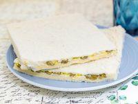 Sándwich de miga de aceitunas, huevo y queso