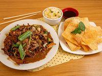 Carne mongoliano con arroz chaufán wantan frito 10 unidades