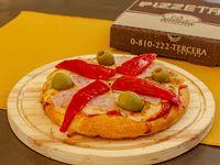 Pizza muzzarella con jamón y morrón