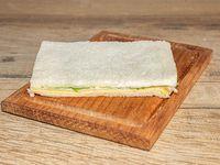 Sándwich de miga de queso y lechuga