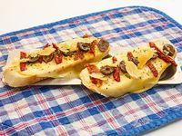 Bruscheta De queso fundido/tomate secos/ aceitunas negras/oliva/finas lonjas de reggianito