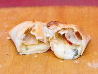 Empanada de albahaca, tomate y queso