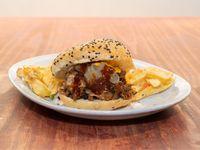 Hamburguesa de bondiola con papas fritas