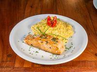Salmón rosado con risotto al curry