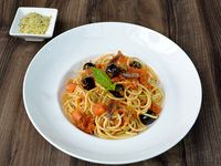 Espaguetti Putanesca Elaborado con Aceitunas Verdes, Negras y Anchoas