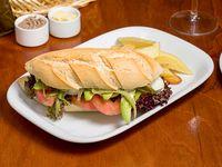 Sándwich vegetariano con papas fritas cortadas a cuchillo