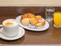 Combo completo - Café con leche + jugo + soda + 1 medialuna + 2 criollos + manteca + dulce