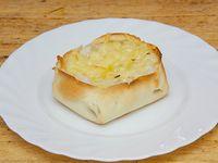 Empanada abierta de queso y cebolla