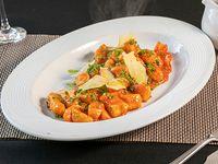 Gnocchis de papa con crema de pimentón y espinacas con parmesano