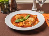 Ravioli fatti da noi con salsa de tomate y albahaca