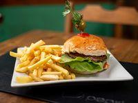 Hamburguesa con lechuga, tomate, mayonesa y papas fritas
