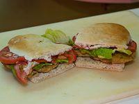 Sándwich de milanesa con lechuga y tomate, carne o pollo