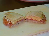 Sándwich de jamón, queso, tomate y huevo