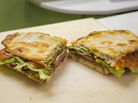 Sándwich de milanesa con jamón, queso, lechuga y tomate, carne o pollo