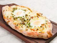 Khachapuri de cebolla, muzzarella, huevo, verdeo y parmesano (comen 2)