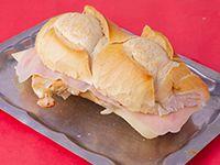 Sándwich de pechuga grillé con jamón y queso