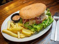Hamburguesa ahumada con papas fritas