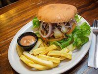 Hamburguesa con champignon con papas fritas
