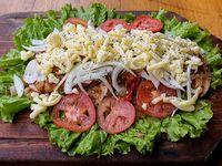 1/2 pollo a la fugazzeta con ensalada mixta (comen 2 personas)
