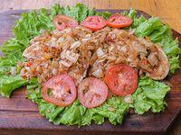1/2 pollo a la criolla con ensalada mixta (comen 2 personas)