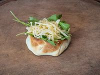 Empanada o cazuelita de rúcula y panceta