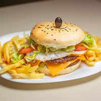 Doble burger con papas fritas