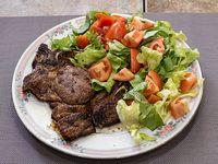 Churrasco de carne con guarnición