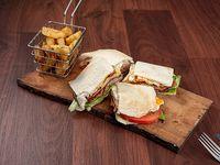 Chivito de la casa en pan de sandwich bañado en moozarella+ fritas