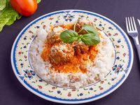Albóndigas con arroz blanco