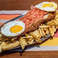 Super milanesa napolitana + papas fritas + huevo frito