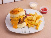 Hamburguesa doble con papas fritas + Salsa a elección