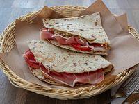 Piadina de prosciutto, mozzarella y tomate