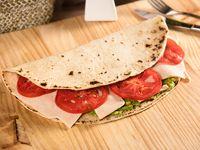 Piadina de jamón de pavo, palta y tomate