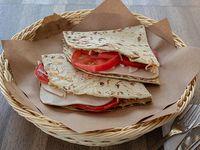 Piadina de jamón, mozzarella y tomate
